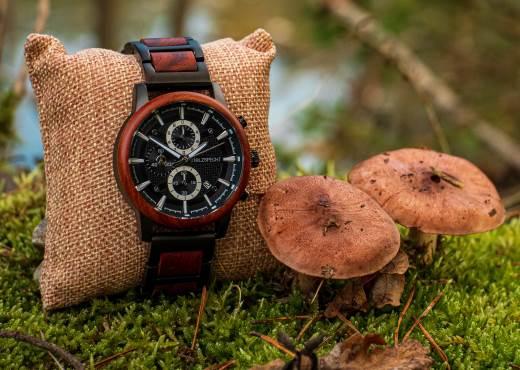 Holzspecht Armbanduhr aus Holz Eisenhut