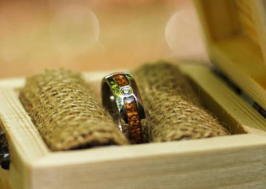 Holzspecht Ring La Superba mit Holz und Kristall